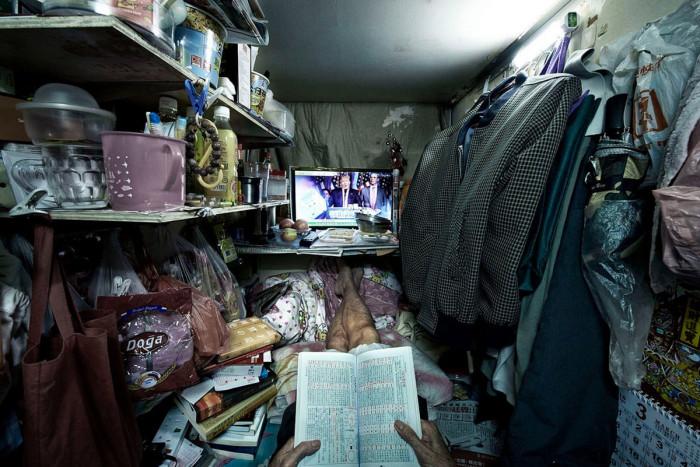 В свою «кабину-клетку» каждый старается втиснуть все свои пожитки и даже бытовую технику (Гонконг, Китай). | Фото: cameralabs.org/ © Benny Lam.