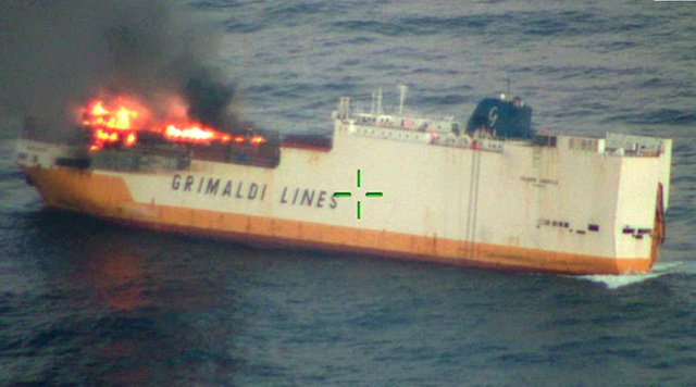 У побережья Франции загорелось и затонуло судно Grande America, перевозившее 2000 автомобилей (15 фото)