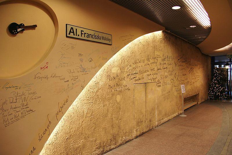 Фото Кривого дома-Стена славы