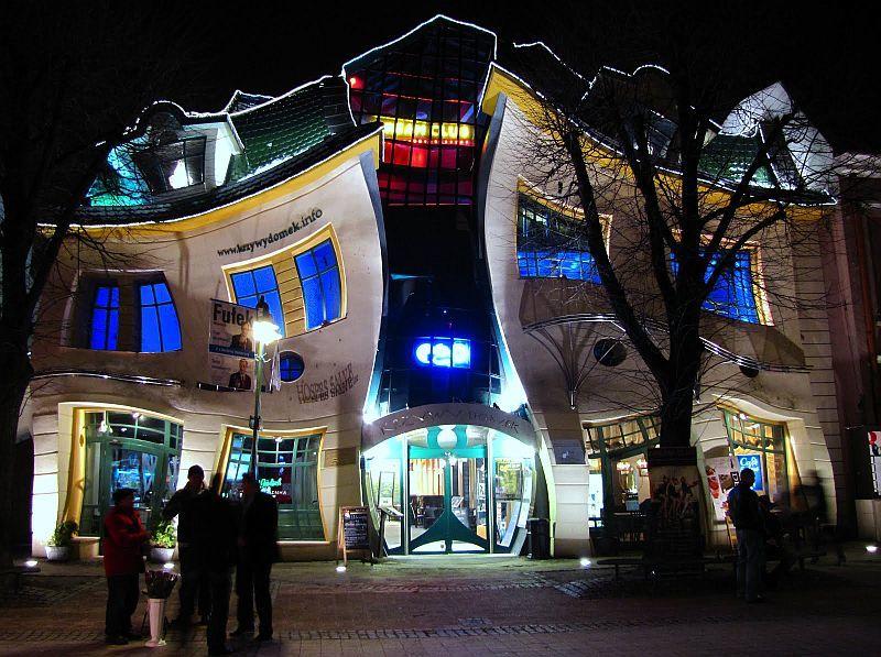 Ночное фото-Кривой дом в польском Сопоте