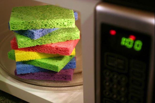 Обработка губок для мытья посуды / Фото: womanadvice.ru
