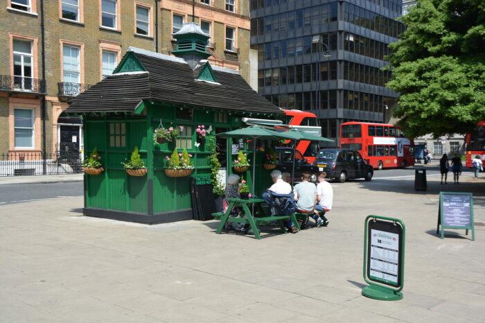 Теперь, вместо тюков сена, на стенах домика можно увидеть цветы (Cab Shelter, Лондон). | Фото: thebeautyoftransport.com.