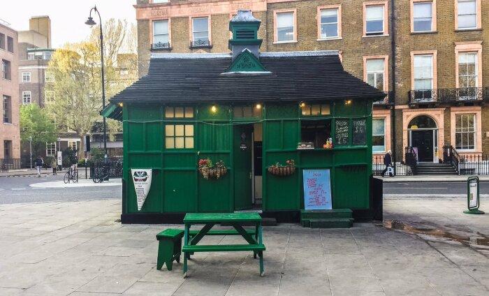 К этим загадочным зеленым домикам в исторической части Лондона таксисты очень трепетно относятся (Cab Shelter, Великобритания). | Фото: banksidegallery.com.