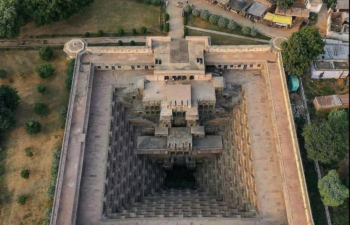Ступенчатый колодец. Вид сверху. /Фото:travelingyuk.com