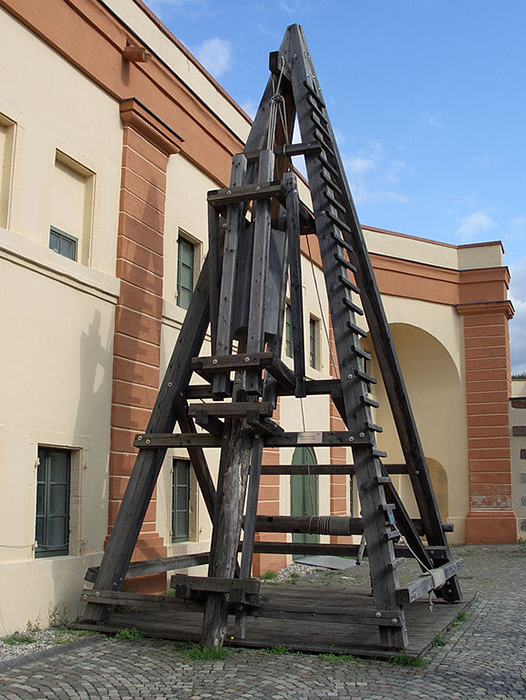 Реконструкция римского копра, использовавшегося для строительства моста через Рейн в крепости Эренбрайтштайн в Кобленце, Германия.