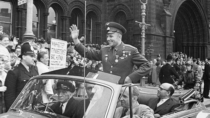 Гагарин стал героем.