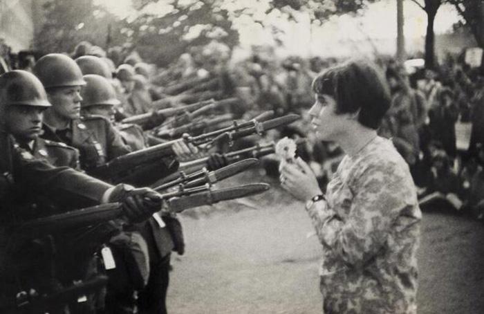 Женщина с цветком. Эллисон Краузе. Одна из самых известных фотографий хиппи. Фото: llbeagle.wordpress.com.