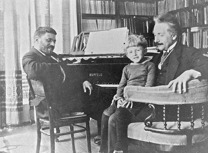 Утончённый и талантливый Эдуард Эйнштейн с отцом и учителем.