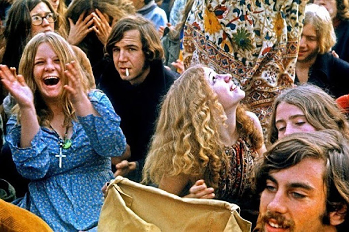 Причин упадка движения хиппи  было несколько. Кадр из фильма «Jesus Revolution».