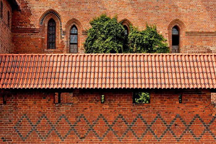 При возведении замка использовали от 7 до 30 миллионов кирпичей.