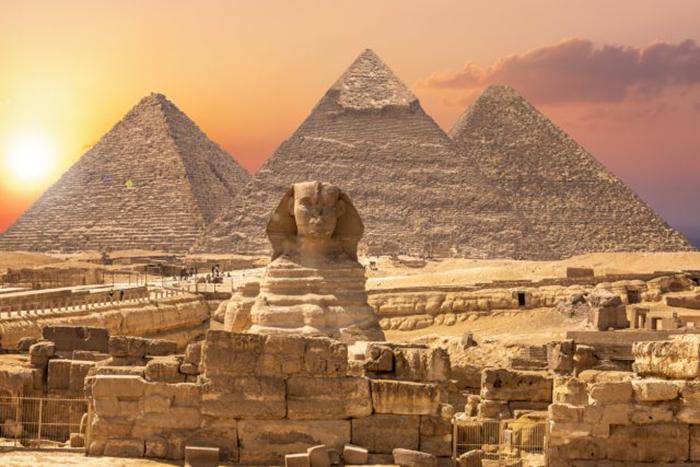 Сфинкс и пирамиды, знаменитое чудо света в Египте.