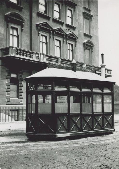 В 1875 году на тротуарах Лондона появилась первая зеленая избушка, которая спасала от холода, дождя и зноя извозчиков (Cab Shelter). | Фото: thevintagenews.com.