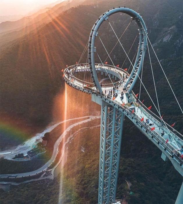 Стеклянный мост Huangtengxia с водопадом в провинции Гуандун