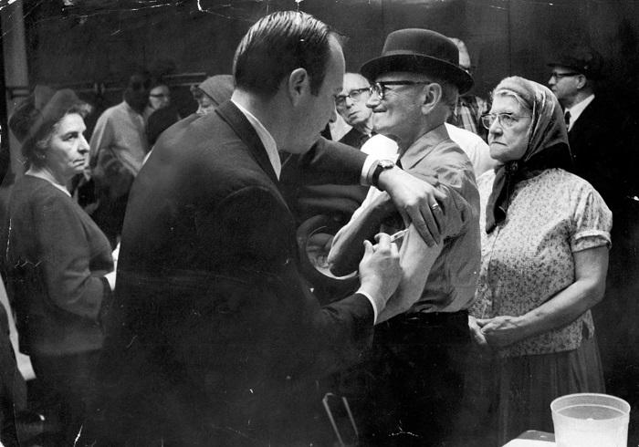 Прививки от гриппа пенсионерам в одной из нью-йоркских клиник, фото 1968 года