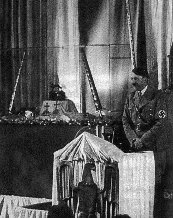 Гитлер рядом с имперскими клейнодами, 1938 год