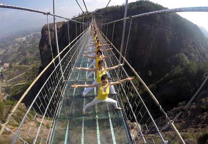 Стеклянные мосты – развлечение не для слабонервных