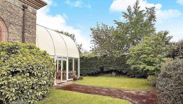 Во внутреннем дворике обустроена зона отдыха и прогулочные тропинки по всему участку («Sway Tower», Великобритания). | Фото: dailymail.co.uk.