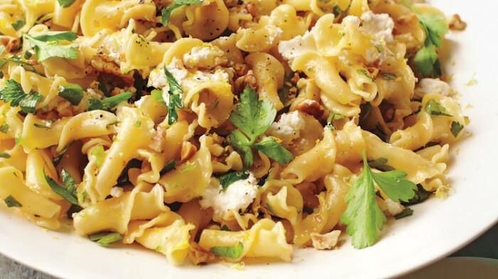 Кампанелле с сыром рикотто и грецкими орехами. /Фото: assets.marthastewart.com