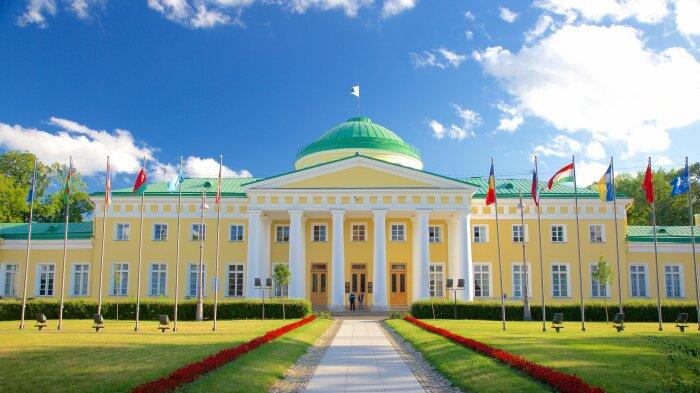 Таврический дворец в Санкт-Петербурге возведен в стиле классицизма. /Фото: st-petersburg.guide