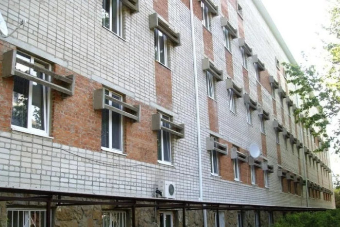 Странные конструкции в верхней части окна на некоторых зданиях советской эпохи до сих пор вызывают удивление (ламеллярные козырьки). | Фото: boom.ms.