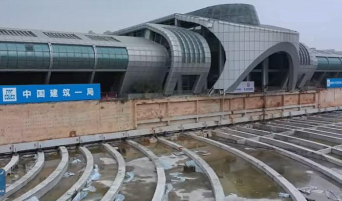 Китайцы умудрились переместить на другую улицу автовокзал весом в 30 тыс. тонн. (Xiamen, Китай). © New China TV.