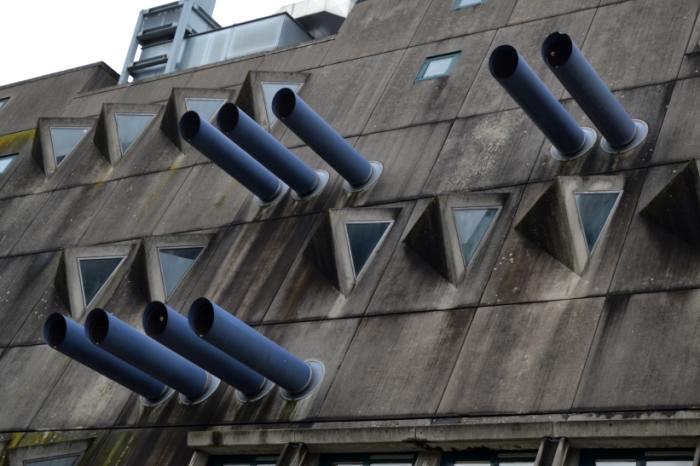 Оригинальные трубы и окна - не просто украшение здания. /Фото: wikimapia.org