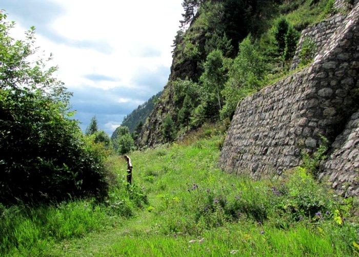 Заброшенная подпорная стенка, современный вид. /Фото: fishki.net