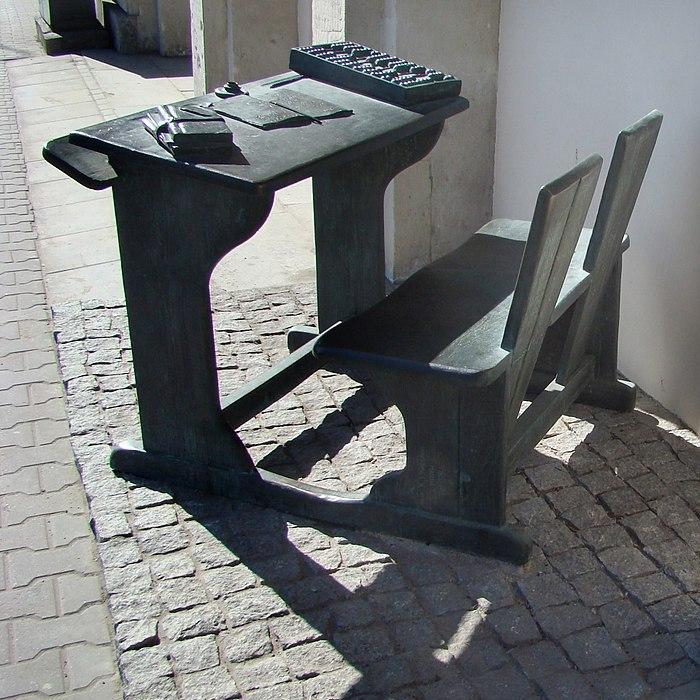 Памятник школьной парте, Варшава. /Фото: wikipedia.org