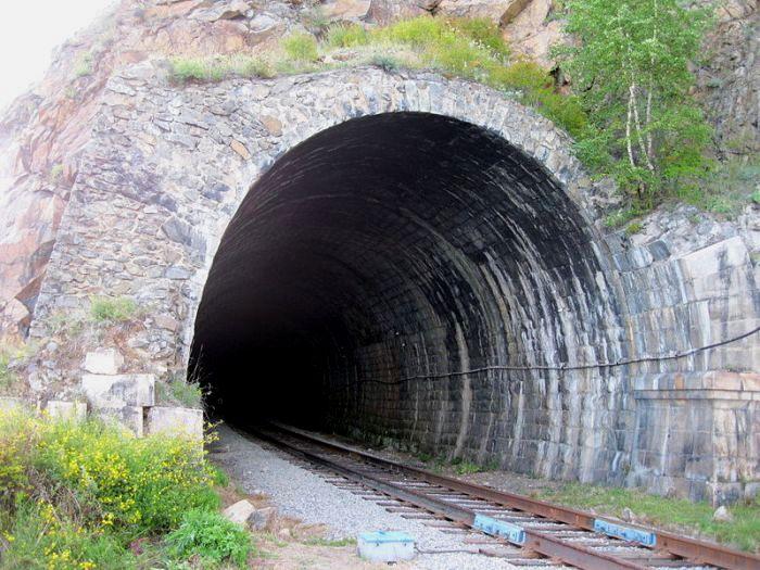 Во время второго этапа строительства другой тоннель получил №9 и прослужил вплоть до 1971 года, когда был частично разрушен селем. /Фото: wikipedia.org