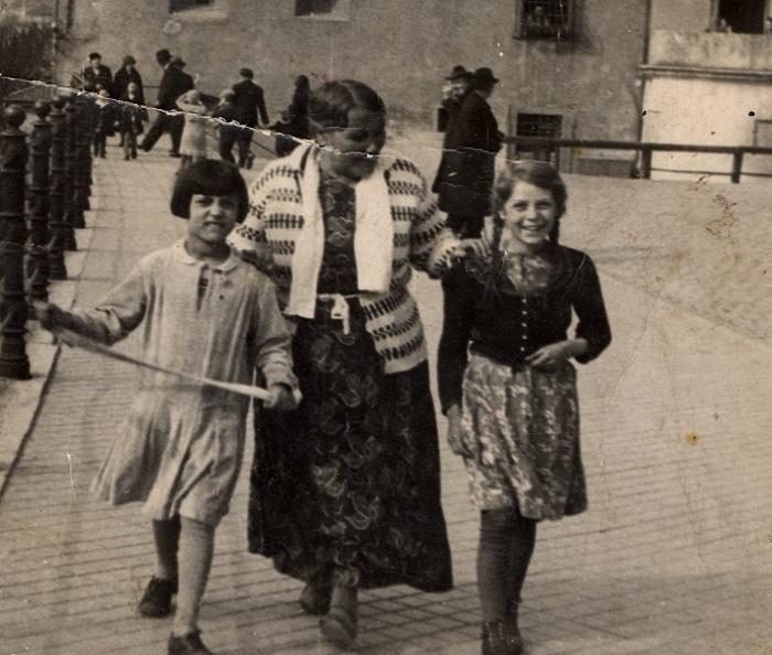 Пожилая цыганка с двумя внучками на прогулке. Фотография тридцатых годов.