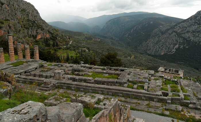 Храм Аполлона в Дельфах ныне представляет собой руины древнегреческого храма. \ Фото: google.com.