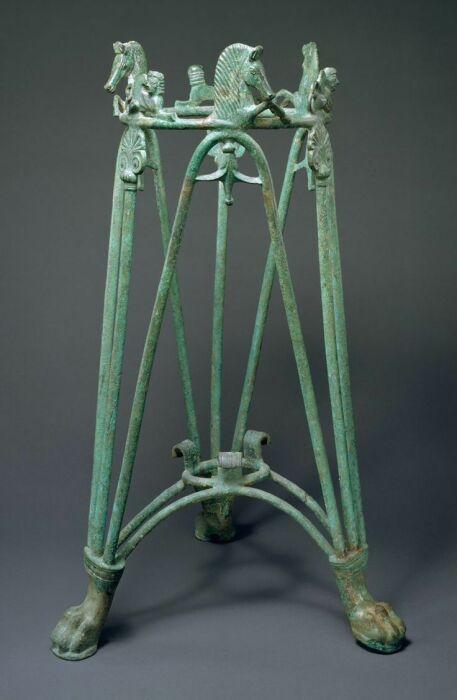 Бронзовый стержневой треножник, подобный тому, который использовался в Дельфах Пифией, 6 век до нашей эры. \ Фото: zone47.com.