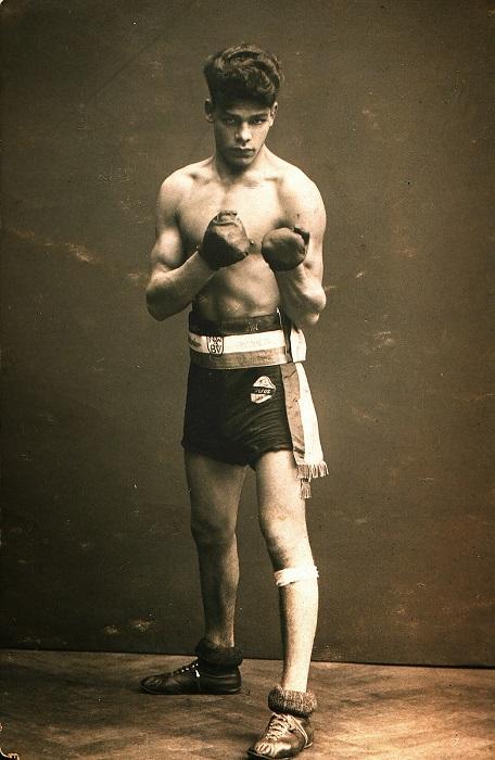 Чемпион по боксу, любимец публики Иоганн Тролльман был дисквалифицирован по идеологическим причинам. Как и многие, он пытался выкупить жизнь своей семьи службой в армии. В конце концов его убили в концлагере. Демонстрация лояльности не работала.