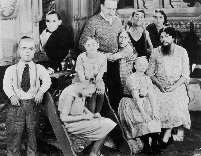 На этом кадре из фильма «Уроды» 1932 года справа изображена леди Ольга Родерик. / Фото: Архив Халтона / Getty Images