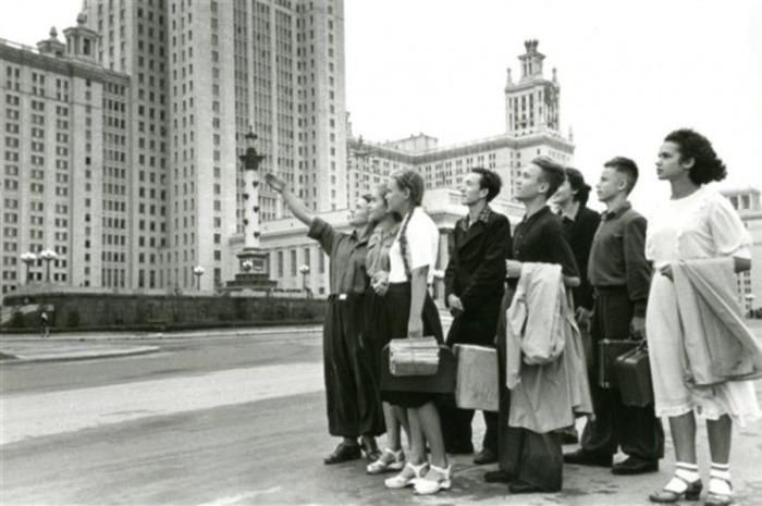 В 1956 году обучение в вузах и школе (старших классах) снова сделали бесплатным / Фото: communist-ml.ru