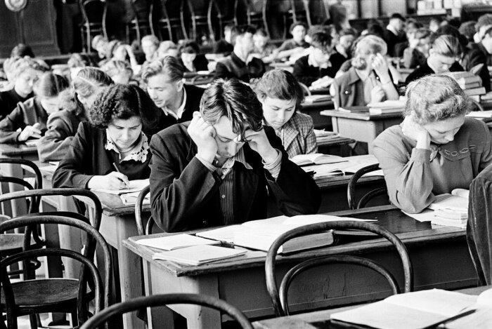 Когда в СССР старшеклассники и студенты платили за обучение СССР
