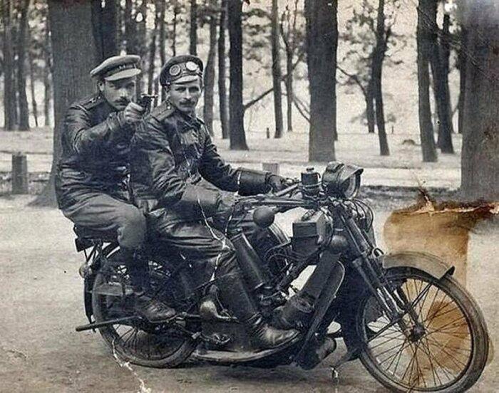 Кожаные куртки и плащи появились в России еще в 1860-е. |Фото: fishki.net.