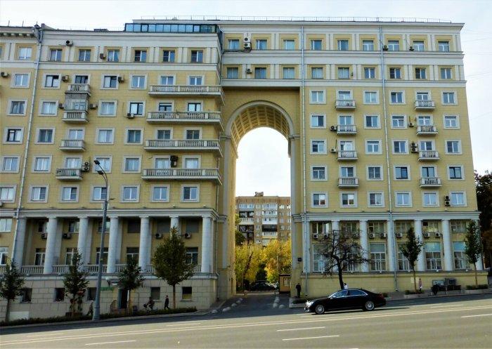 Высота арки в доме составляет примерно 7 этажей / Фото: yandex.ua