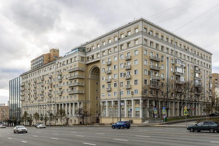 Возведение второй части здания было возобновлено только в послевоенные годы / Фото: domofoto.ru
