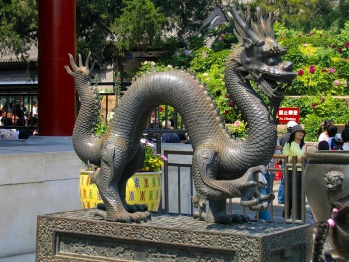 Местные жители уверены, что драконы существуют на самом деле и они периодически спускаются с гор к воде / Фото: anashina.com