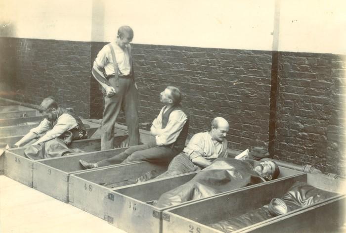 Приют называли «четырехпенсовым гробом», поскольку в спальнях располагались кровати, напоминающие продолговатые ящики / Фото: pikabu.ru