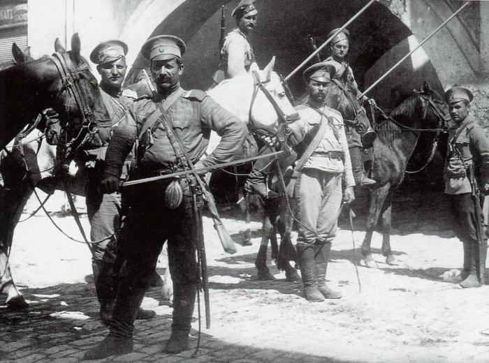 Длительное время военным приходилось совмещать два разных типа оружия – холодное и огнестрельное / Фото: tagileparhiya.ru