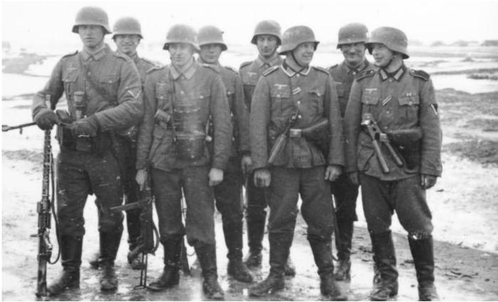 Когда Гитлер развернул активную подготовку к захвату мира, армию пришлось создавать практически с нуля / Фото: clio-historia.livejournal.com