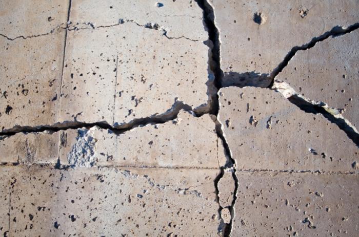 Под воздействием высоких температур связывающие смолы в композитной арматуре начинают разрушаться, а это может привести к обрушению всей бетонной конструкции / Фото: poradum.com.ua