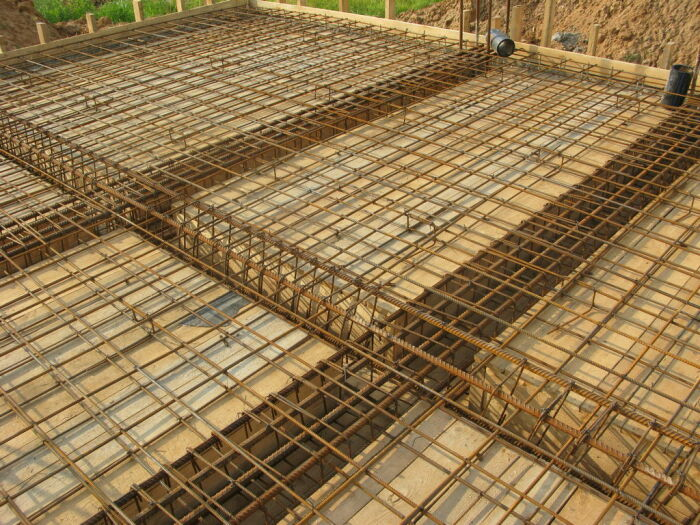 Стальная арматура уже сотни лет используется для армирования фундамента и отлично себя зарекомендовала / Фото: wooddom.com
