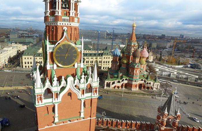 На Красной площади можно полюбоваться Спасской башней и Храмом Василия Блаженного