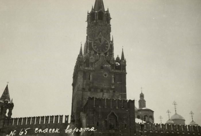 Во время революции 1917 года в Спасскую башню попал снаряд, который повредил куранты /