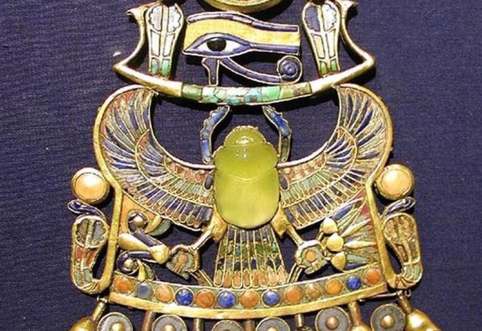 Жук-скарабей на нагруднике фараона был выполнен из зеленого стекла  / Фото: i.pinimg.com