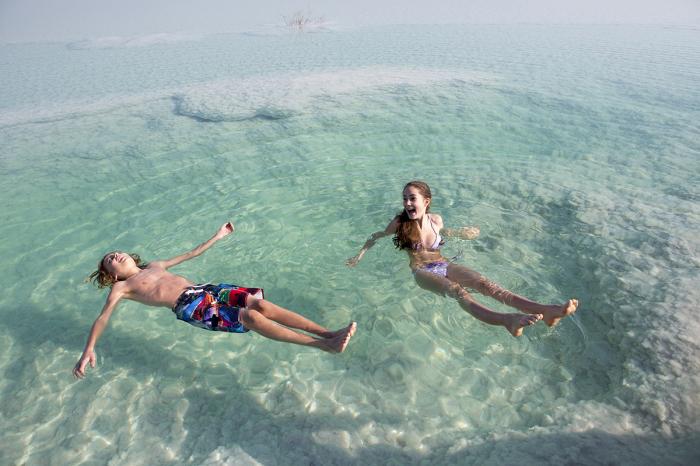 Входить в Мертвое море следует спиной, чтобы высококонцентрированная вода не попала на слизистые / Фото: mandria.ua