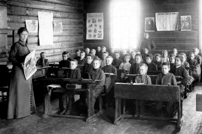 В 19 веке российским школьникам приходилось учиться в ужасной тесноте, плюс к этому в нищете / Фото: historic-journal.ru